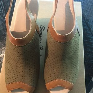 Tommy Bahama Wedges $35